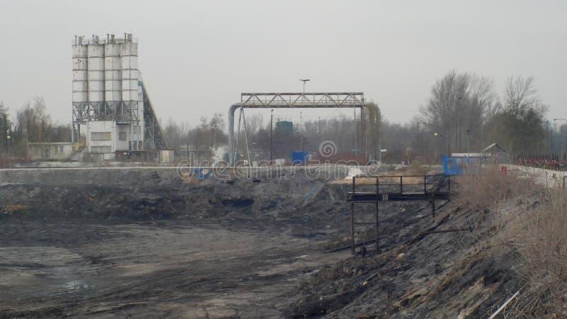 Il precedente rifiuto tossico dello scarico, natura di effetti da suolo contaminato ed acqua con i prodotti chimici e l'olio, amb immagine stock libera da diritti