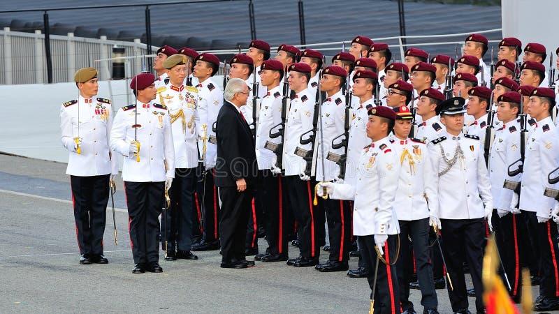 Il Presidente il Dott. Tony Tan che controlla custodire-de-honor immagine stock
