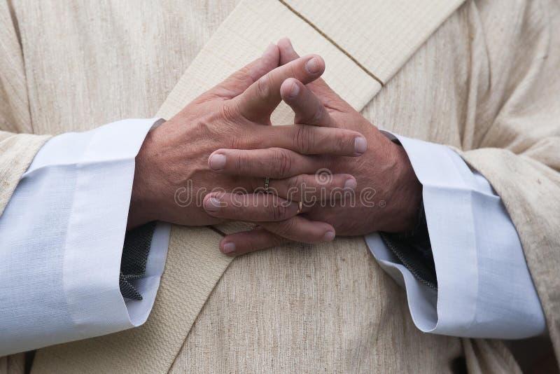 Il prete cattolico fotografia stock