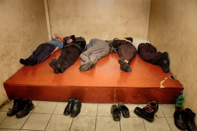 Il prigioniero nella prigione russa di custodia cautelare si trova sul pavimento della camera fotografie stock libere da diritti