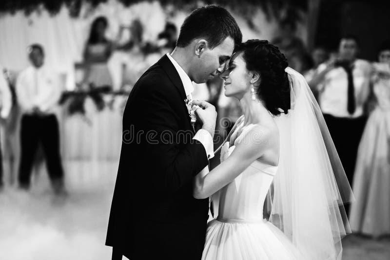 Il primo ballo di nozze immagini stock