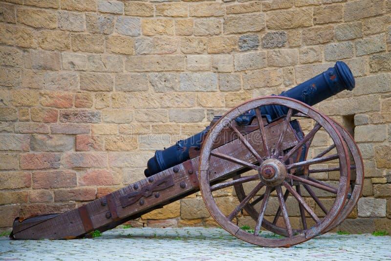 Il primo piano antico del cannone contro il contesto della parete della fortezza di vecchia città Bacu, Azerbaigian fotografia stock libera da diritti