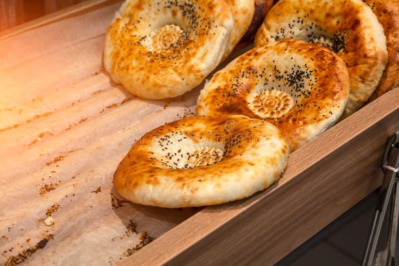 Il primo piano dei dolci del pane del tandyr ha cotto di recente la o appetitoso posta fotografia stock libera da diritti