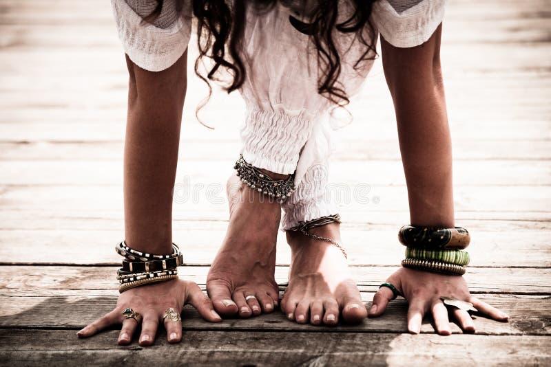 Il primo piano dei piedi scalzi della donna e le mani praticano l'yoga immagini stock libere da diritti