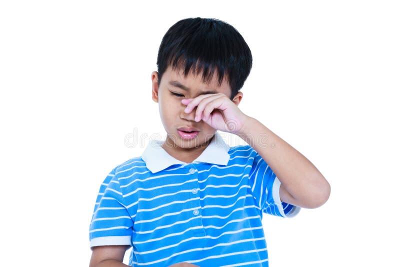Il primo piano del bambino asiatico rattrista e gridare, isolato sulla parte posteriore di bianco immagine stock