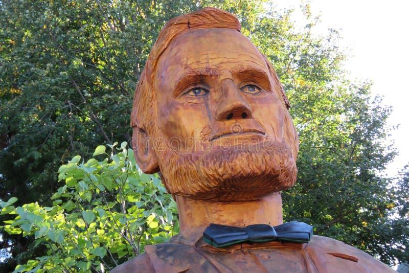 Il primo piano del ceppo di albero ha scolpito nella somiglianza di Abraham Lincoln fotografia stock libera da diritti