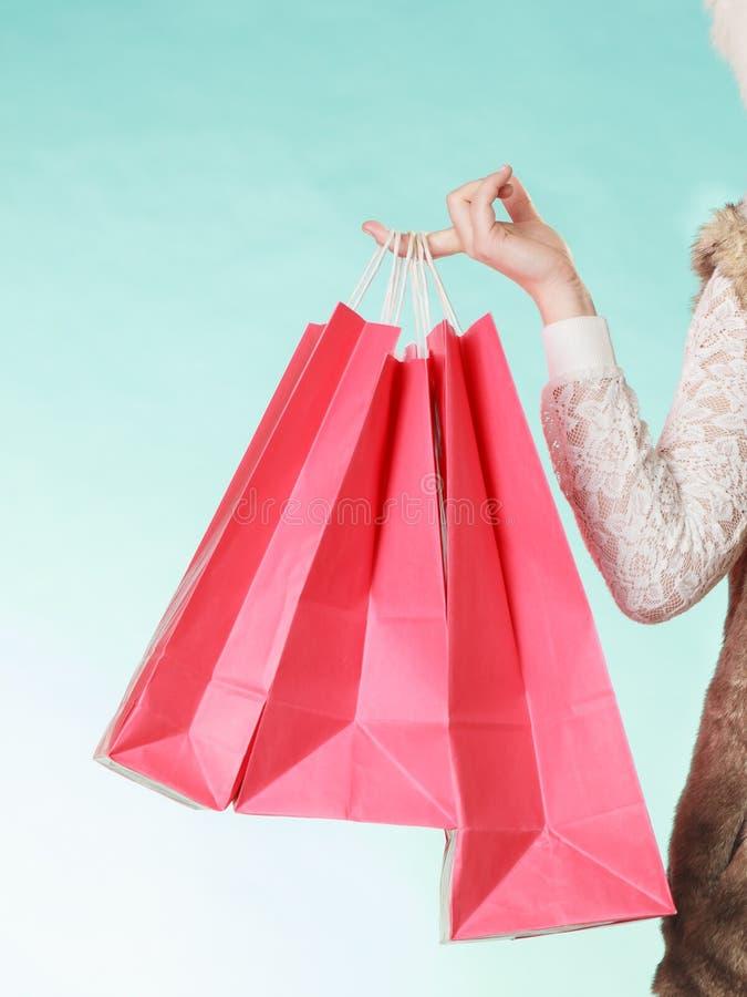 Il primo piano del cliente insacca l'acquisto Modo di inverno immagine stock