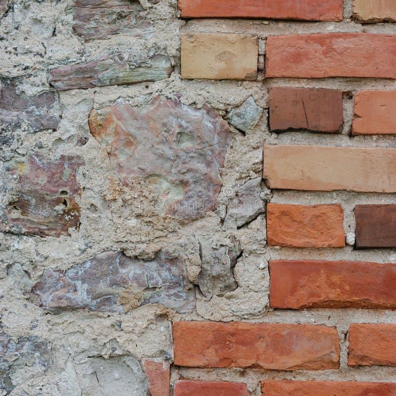 Il primo piano del fondo della parete di pietra, mattone rosso intonacato verticale di lerciume mette il bastone tra le ruote, mo fotografia stock libera da diritti