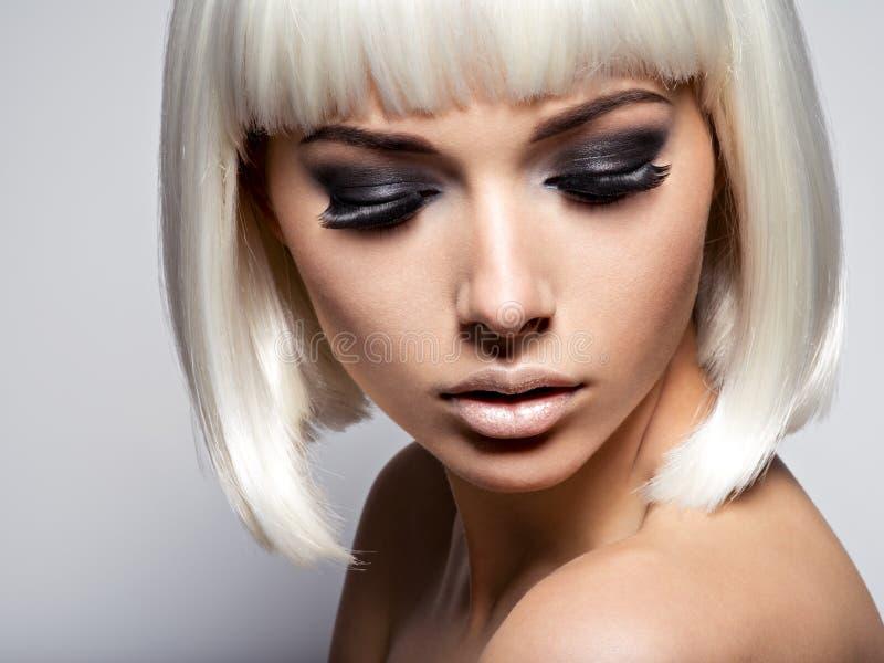 Il primo piano del fronte della ragazza con le sferze nere lunghe Trucco di modo fotografie stock libere da diritti