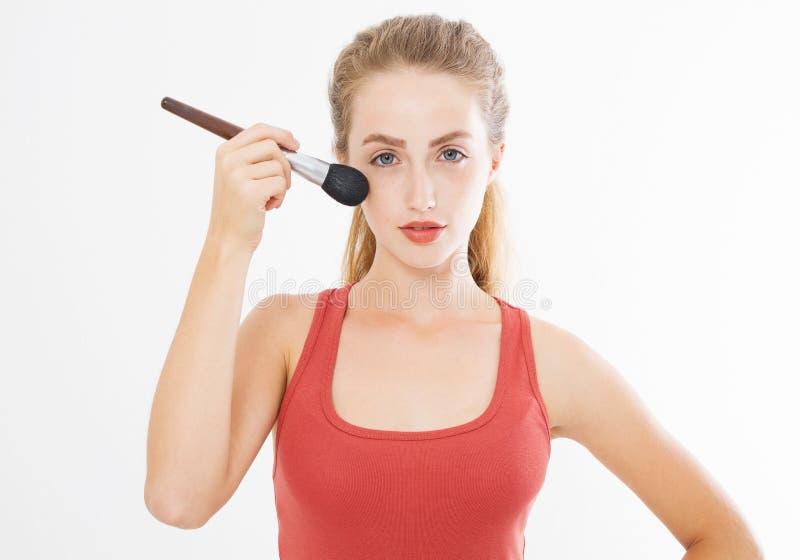 Il primo piano del fronte felice della giovane donna con compone la spazzola isolata su fondo bianco Concetto di cura di pelle de fotografie stock libere da diritti