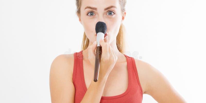 Il primo piano del fronte felice della giovane donna con compone la spazzola isolata su fondo bianco Concetto di cura di pelle de immagine stock libera da diritti