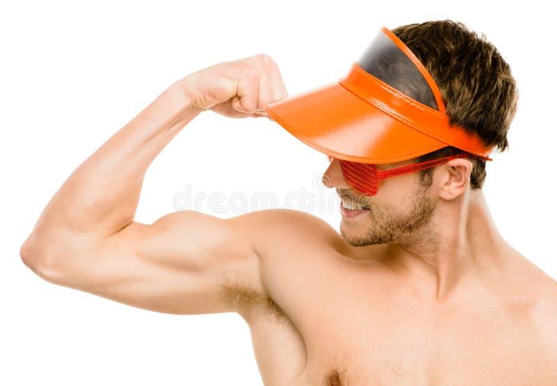 Il primo piano del giovane attraente che flette il bicipite muscles sulla b bianca immagine stock libera da diritti