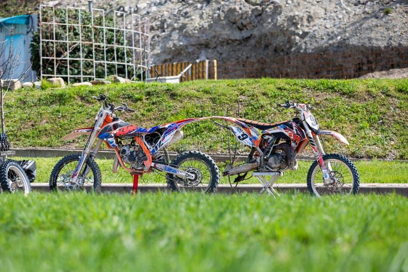 Il primo piano del motociclo fuori strada della montagna spinge dentro il fango fotografia stock