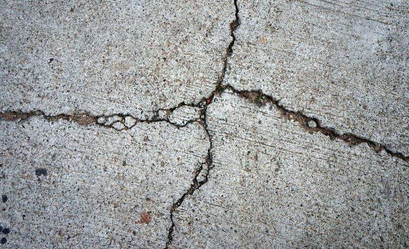 Il primo piano del rotto di o del nocivo di cementa il pavimento fotografia stock