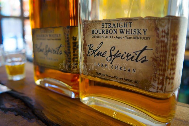 Il primo piano del whiskey di Bourbon imbottiglia su Antivari fotografie stock libere da diritti