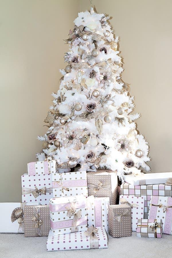 Il primo piano dell'albero vago di natale bianco decorato dentro arrossisce Ornments rosa fotografia stock libera da diritti