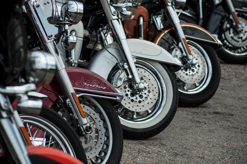 Il primo piano dell'allineamento del mototorbike di Harley Davidson ha parcheggiato nella via fotografia stock