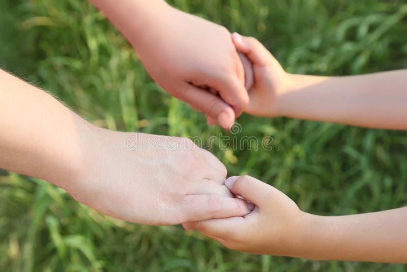 Il primo piano della madre e del figlio si passa a holding immagini stock libere da diritti