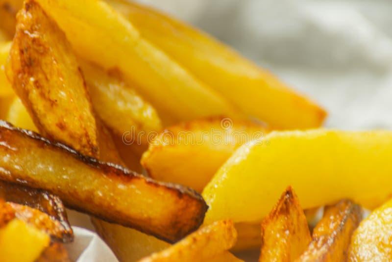 Il primo piano delle fritture dorate ha preparato dalle patate fresche, grasse ma immagini stock libere da diritti