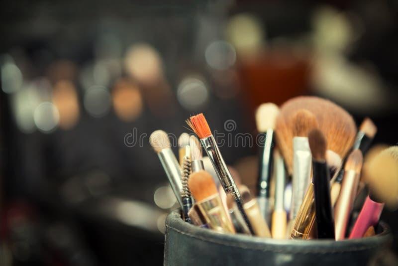 Il primo piano di compone la tavola con la spazzola professionale di trucco Visagi immagine stock libera da diritti