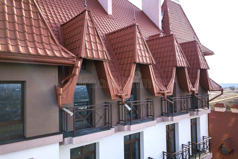Il primo piano di esterno di costruzione della facciata con la parete dello stucco, le inferriate del balcone del ghisa, il tetto fotografia stock libera da diritti