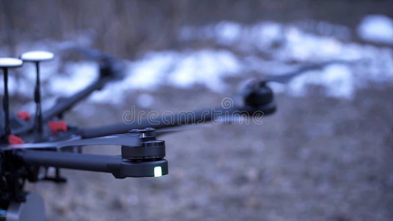 Il primo piano di quadcopter decolla clip Il modello potente di quadrocopter è eliche di guadagno di slancio della nuova generazi immagini stock