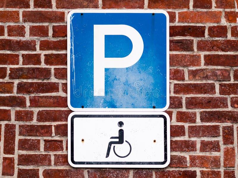 Il primo piano di un segno di parcheggio per disattiva la gente immagini stock