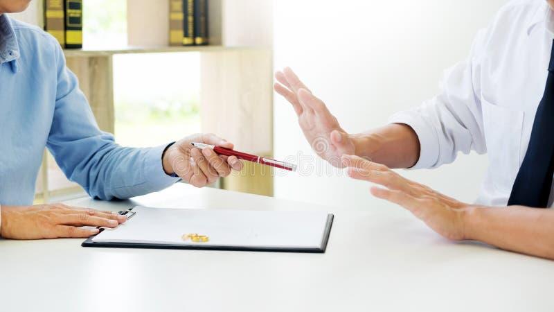 Il primo piano di un uomo non vuole al contratto di firma o alla a prematrimoniale fotografia stock libera da diritti