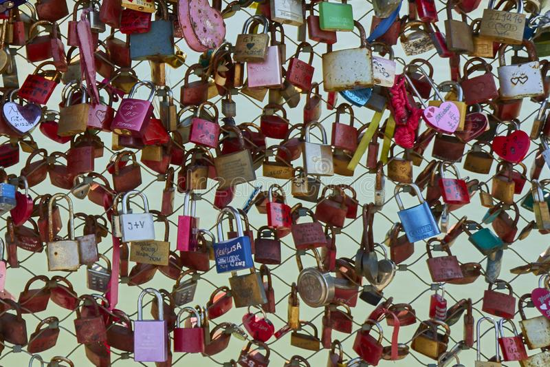 Il primo piano di vista frontale di un recinto con amore padlocks sul ponte a Salisburgo immagini stock libere da diritti