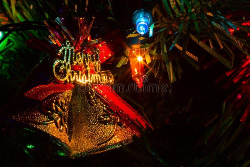 Il primo piano estremo ha decorato l'albero di Natale a casa con le luci, sedere immagine stock