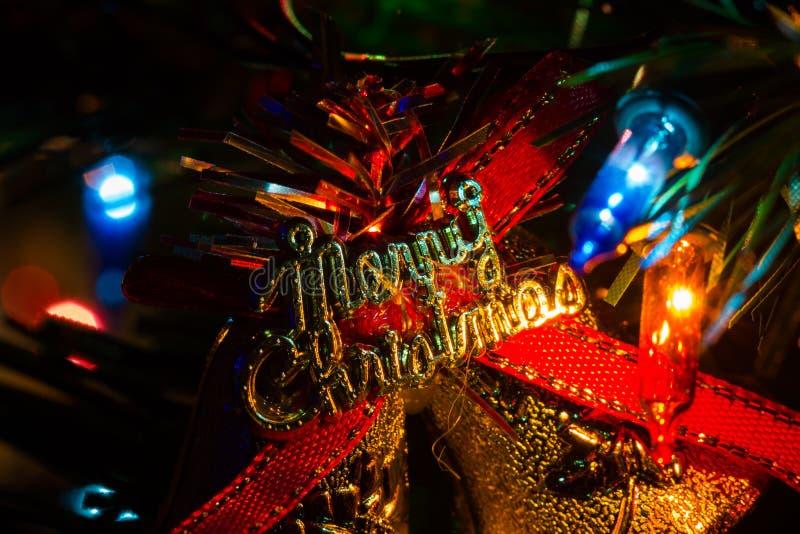 Il primo piano estremo ha decorato l'albero di Natale a casa con le luci, sedere fotografia stock