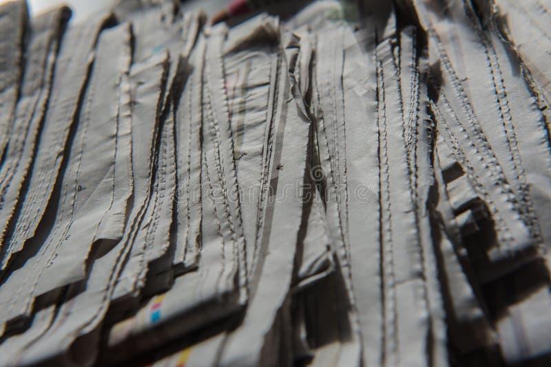Il primo piano ha impilato ed accatastato sui giornali per fondo fotografie stock libere da diritti