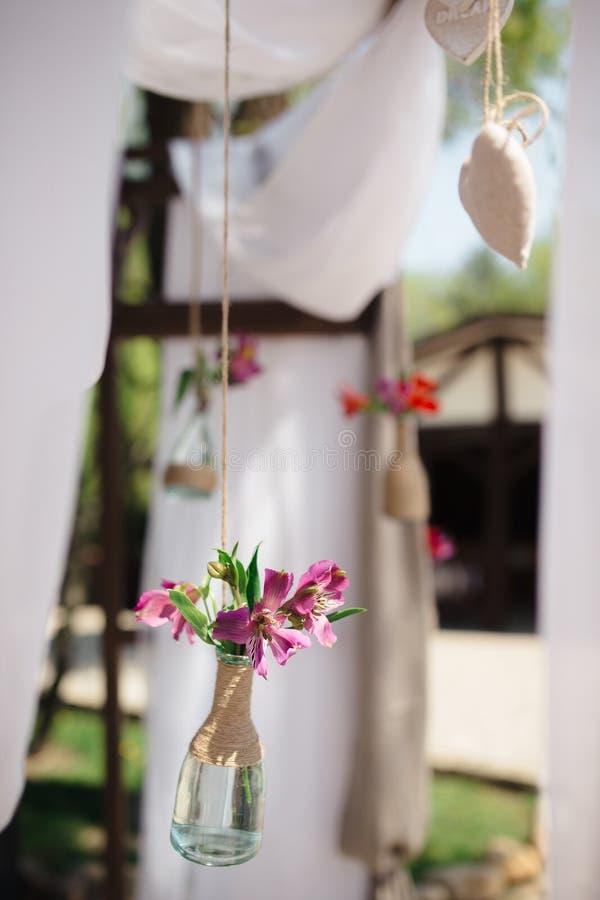 Il primo piano ha sparato degli elementi della decorazione di nozze di aria aperta fotografia stock