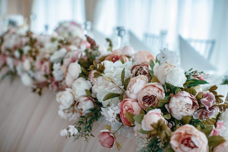 Il primo piano ha sparato degli elementi della decorazione di nozze a luce del giorno immagini stock libere da diritti