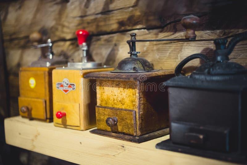 Il primo piano ha sparato di vecchi mulini di caffè manuali sulla tavola di legno fotografia stock