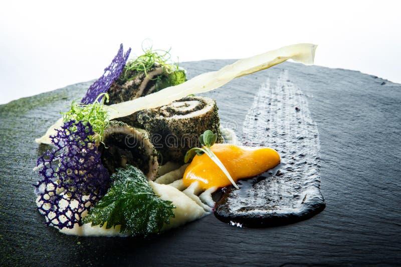 Il primo piano originalmente ha decorato i rotoli del pesce farciti con le erbe fotografia stock libera da diritti