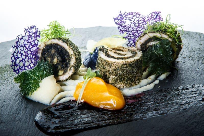 il primo piano originalmente ha decorato i rotoli del pesce farciti con le erbe immagini stock