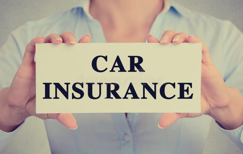 Il primo piano passa il messaggio di testo dell'assicurazione auto del segno della carta della tenuta fotografia stock