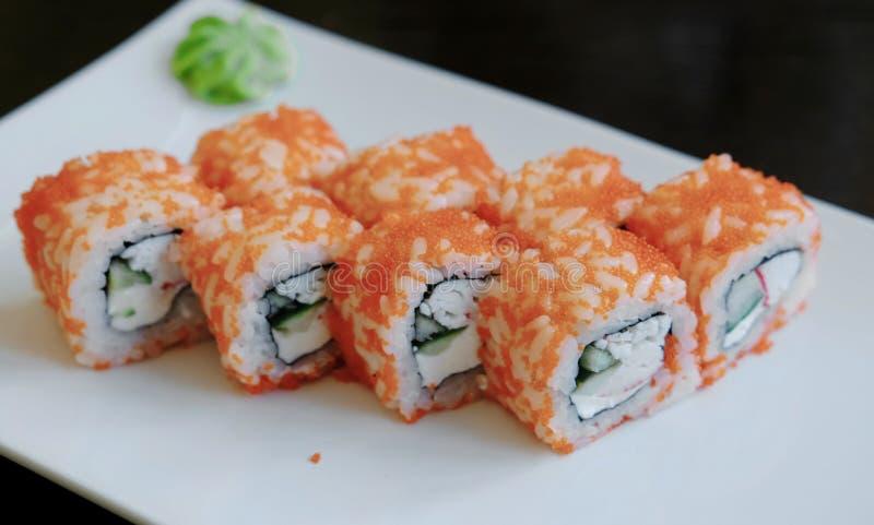 Il primo piano rotola con il caviale con lo zenzero ed il wasabi marinati su un piatto rettangolare bianco fotografia stock libera da diritti