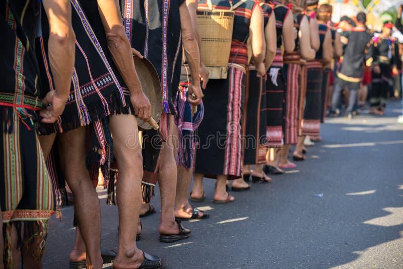 Il primo piano vietnamita della gente di minoranza etnica porta i costumi tradizionali che eseguono un ballo tradizionale ad un e fotografie stock