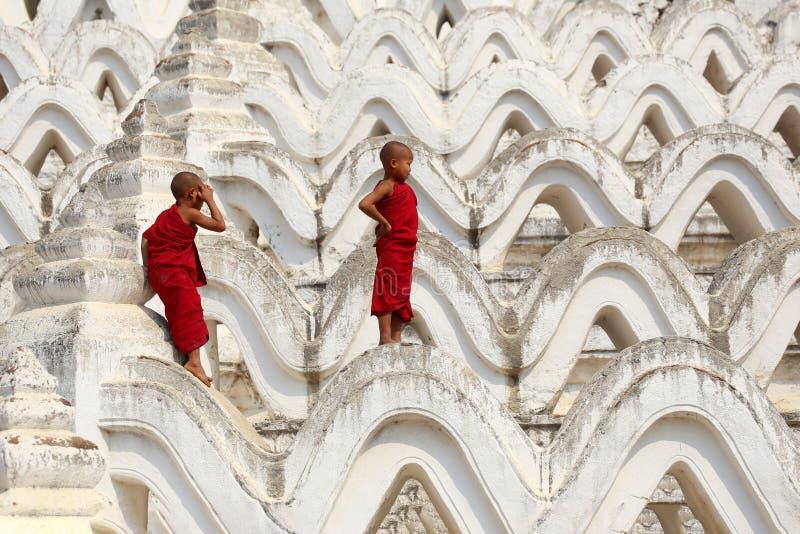 Il principiante due del Myanmar stava scalando la pagoda immagine stock libera da diritti