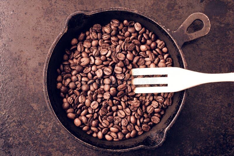 Il processo dei chicchi di caffè di torrefazione immagini stock libere da diritti