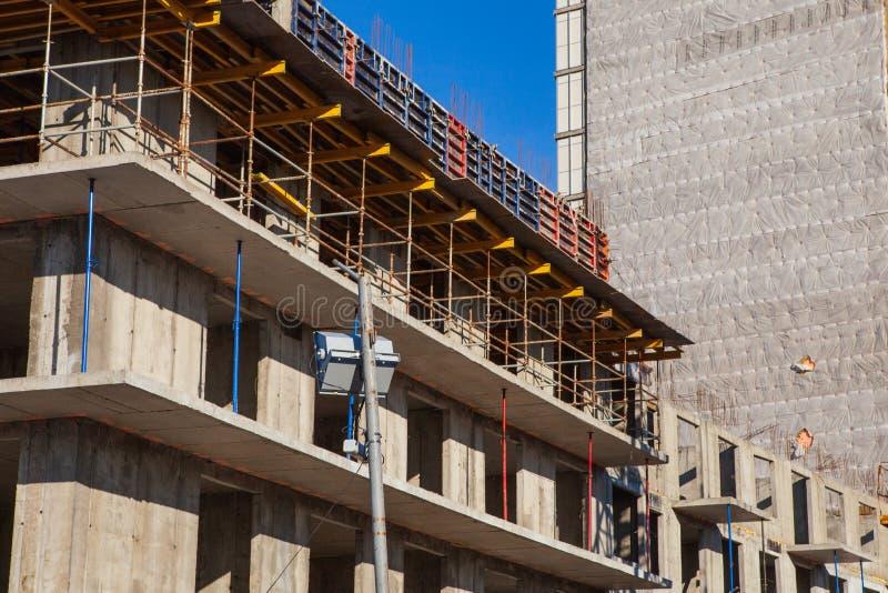 Il processo di costruzione di edificio monolitico a pi? piani Struttura del metallo e del calcestruzzo delle solette e delle colo fotografie stock libere da diritti