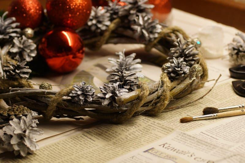 Il processo di fabbricazione del Natale avvolgersi con le sue proprie mani La corona di arrivo, o la corona di arrivo, è una trad fotografia stock libera da diritti