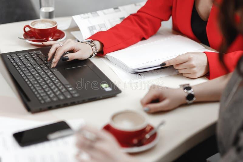 il processo di lavoro I progettisti stanno lavorando con il computer portatile e la documentazione al progetto interno fotografie stock