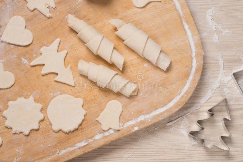 Il processo di produrre i biscotti ed i bagel dello zenzero fotografia stock