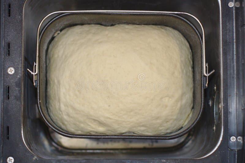 Il processo di produrre pane a casa Pasta nel creatore di pane fotografia stock