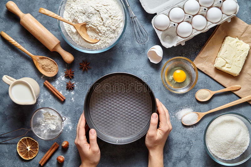 Il processo di produrre pasta per torte a mano Dolce bollente in cucina Vista superiore Disposizione piana immagine stock libera da diritti