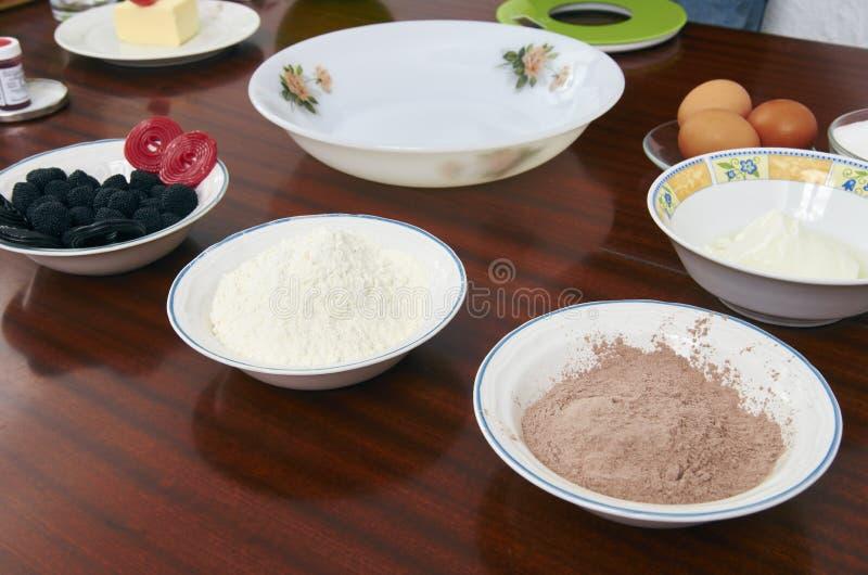 Il processo di produrre pasta per torte a mano Dolce bollente in uova degli ingredienti della cucina di una ricetta della pasta,  fotografia stock