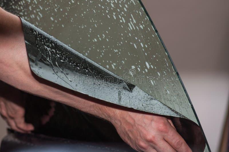 Il processo di tintura del vetro di un'automobile fotografia stock